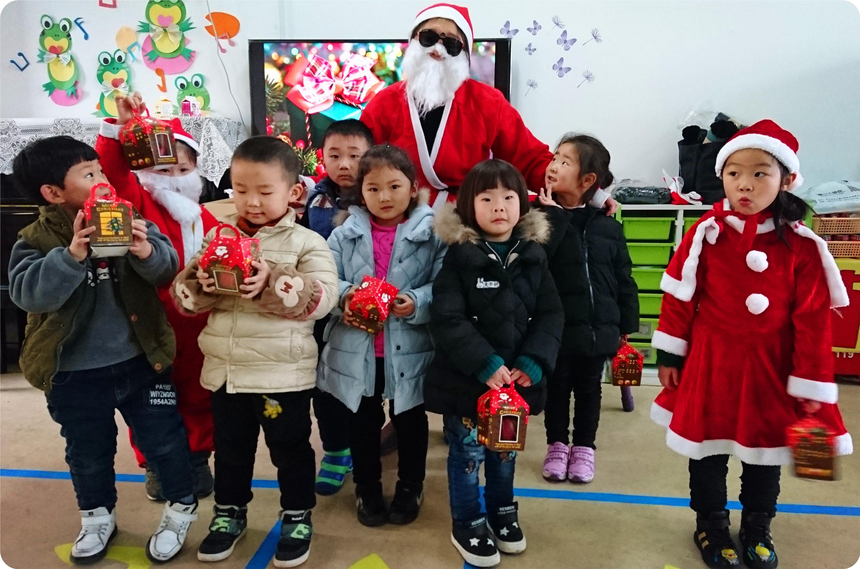 同时利用家园合作的宝贵资源,加上孩子们可爱灵巧的小手,瞬间幼儿园的